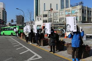 '손석희의 저주' 홍보 이벤트, 혹한 추위에도 길거리로 나선 독자들