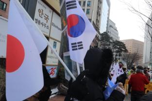 [포토] 태극기와 일장기가 어우러진 제11차 위안부상 반대집회 현장