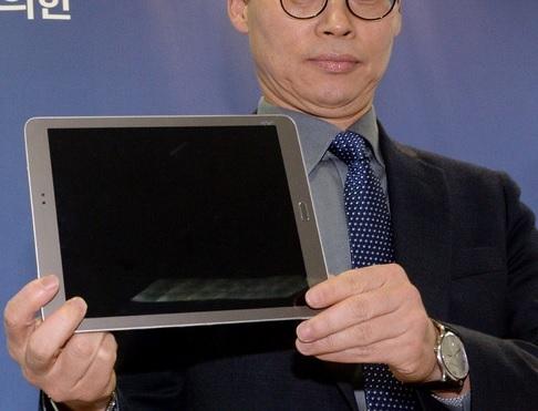이규철 특검보가 공개한 삼성 태블릿PC SM-T815 (골드모델).  ⓒ뉴시스