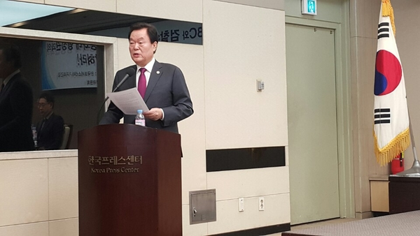 태블릿진상위 기자회견에서 김경재 자유총연맹 총재가 홍석현 회장과 뼈있는 대화를 주고받은 얘기를 공개했다.