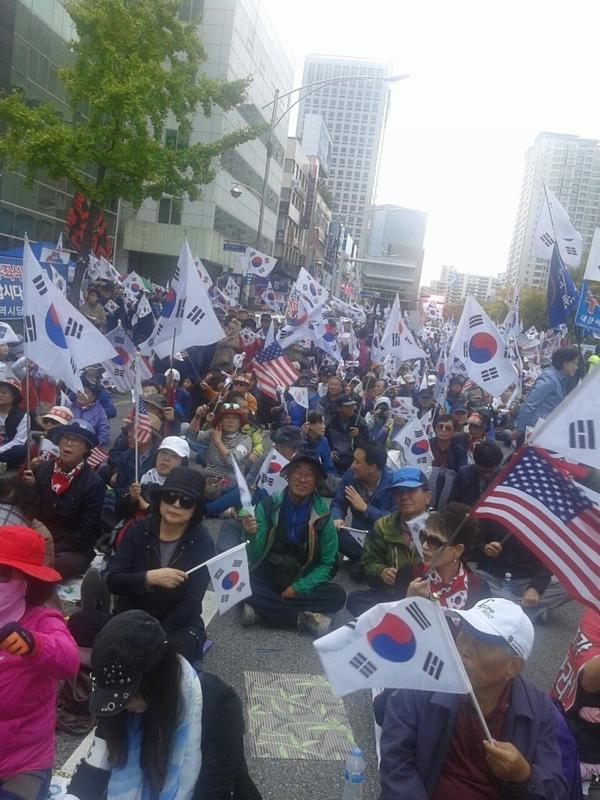 ▲ 28일 대구에서 열린 태극기 집회에 참가해 태극기를 흔드는 애국우파시민들. 사진은 대한애국당 공식카페 아이디 '그냥'