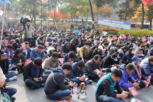 ▲ 집회 참가자들이 일사분란하게 핸드폰을 꺼내 'NO TRUMP'를 적고 있다.