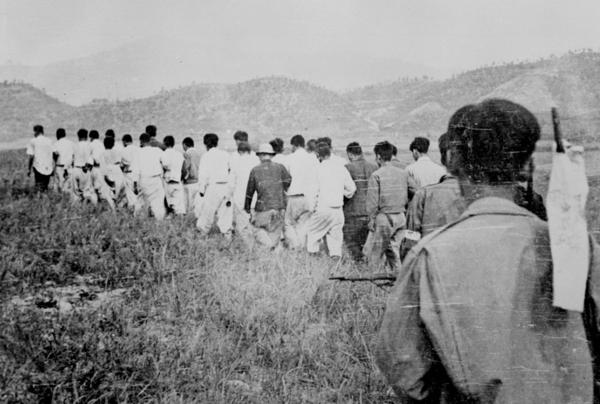 ▲ 한국인들이 집단적으로 피랍되어 가는 모습. 사진 출처는 6.25전쟁납북인사가족협의회 홈페이지 사진자료관.
