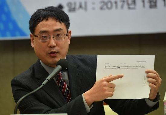 JTBC는 검찰보다 하루 앞서 태블릿PC 개통자를 확인해 보도했다. 변 대표고문은 이를 근거로 개통자인 김한수와 JTBC의 공모설을 제기했다. 핵심 공소사실에 대한 질문인데도 JTBC 측은 개통자 확인 방법을 함구했다. 사진은 개통자 보도 관련 의혹을 제기하던 당시의 변 대표고문의 모습. 사진=뉴데일리.