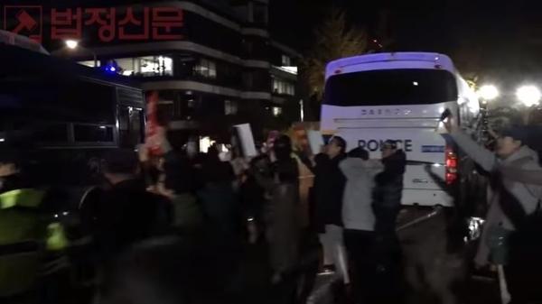 밤 늦은 시간까지 법원 앞에서 기다리다 변 대표고문이 탄 호송차를 향해 손을 흔드는 시민들의 모습.