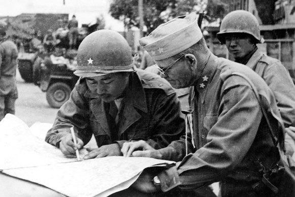 6.25 당시 작전을 논의 중인 백선엽 장군의 모습. 사진=위키백과
