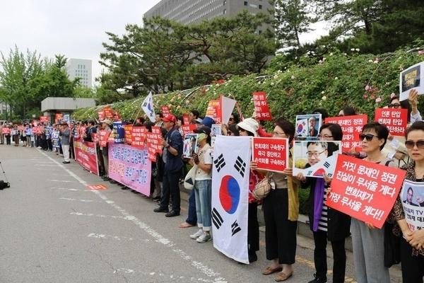 변희재 고문의 태블릿재판 공판 때마다 법원 앞에는 백여명의 지지자들이 모여 석방을 촉구하는 집회를 했다. 사진=미디어워치 DB