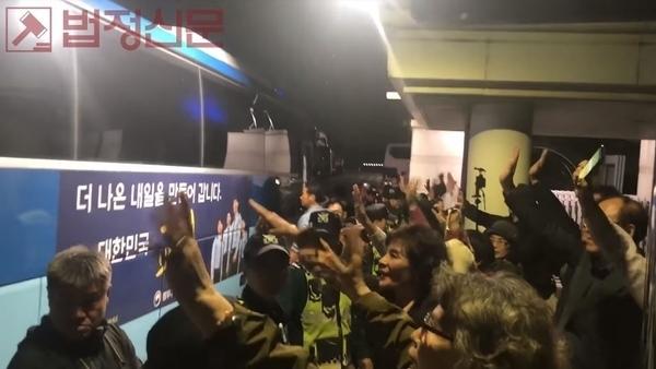 애국 시민들은 1심재판 당시 밤 늦게까지 재판을 방청하고 변희재 대표고문을 태운 호송차를 향해 손을 흔들었다. 사진=강수산TV 캡처.