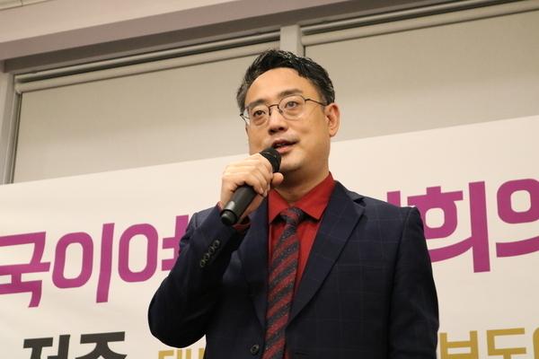 2017년 11월 '손석희의 저주' 출판 기념회 행사장에서 발언하는 변희재 대표고문.