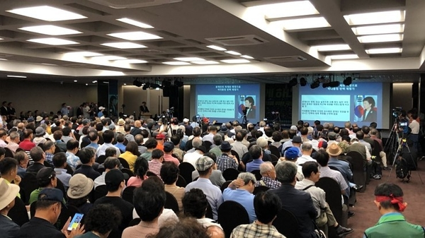 평일 대낮에 토론회가 열렸음에도 이날 세종홀은 수백명의 참석자들로 입추의 여지없이 꽉 찼다.   강수산 기자 촬영.