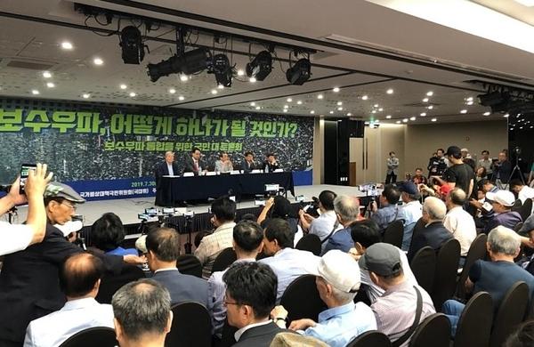 변희재 미디어워치 대표고문의 발제 이후 토론자들은 보수우파 통합 문제와 관련 열띤 논쟁을 벌였다. 강수산 기자 촬영.