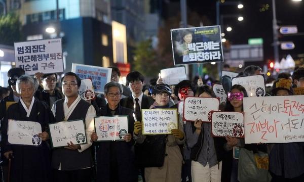 """왼쪽에서 4번째 사인에는 다음과 같이 쓰여 있다: """"창피해서 못살겠다. 박근혜는 꺼져라. 최순실을 구속하라. - 열받은 성남시민"""""""