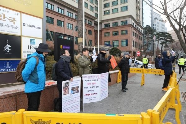 맞은편에서는 백은종 서울의 소리 대표 등 반일좌익활동가들이 욕설, 야유를 퍼부어댔지만 공대위는 꿋꿋하게 오후 1시까지 집회를 이어갔다.  사진출처=유튜버 '노비타'