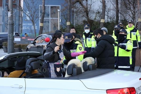 애국국민운동대연합 대표를 자처하는  오천도 씨가 BMW 오픈카를 타고 나타나 집회 주최 측을 향해 물풍선을 여러 개 투척했으나 경찰에 의해 모두 제지됐다. (사진출처=유튜버 '노비타)