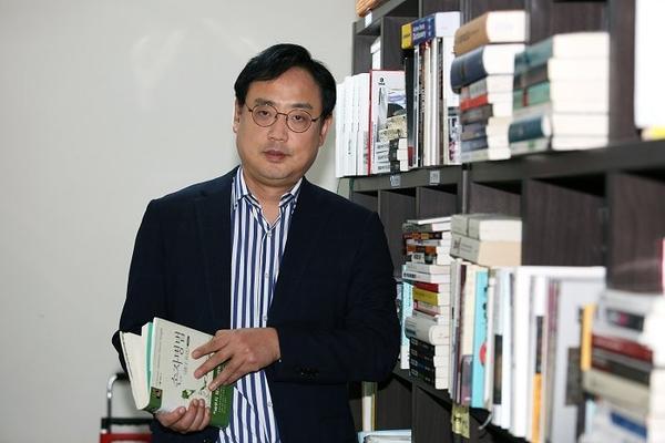 뉴스케이프와 인터뷰 중에 손자병법 책을 소개하고 있는 변희재 미디어워치 대표고문. 사진=뉴스케이프 박진선 기자