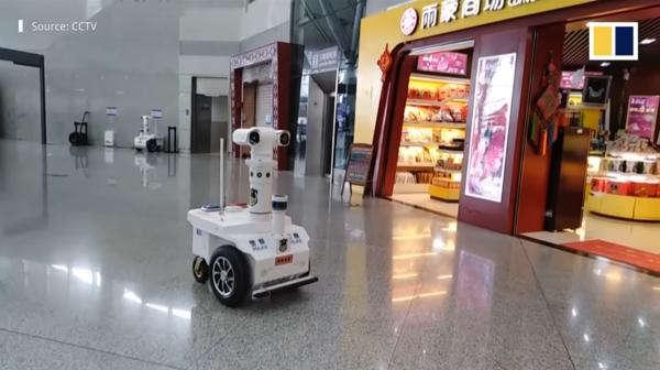 감염 의심자를 가려내는 순찰 로봇. 사진=SCMP 캡처.