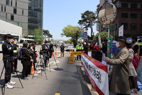 이날 다수 기자들과 유튜버들이 공대위와 위인연의 집회를 취재해갔다.