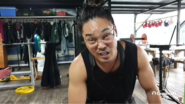 안정권 씨가 입에 담기 어려운 욕설을 하면서 유튜브로 실시간 방송을 하고 있다. 사진=GZSS TV 캡처.