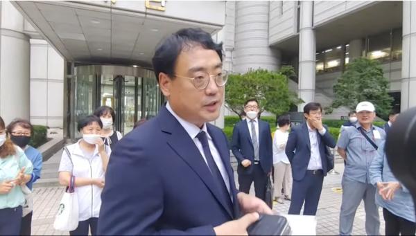 재판 후 법정 앞에서 유튜버들에게 방송소감을 이야기하는 변희재 본지 대표고문. 사진=락TV 캡처