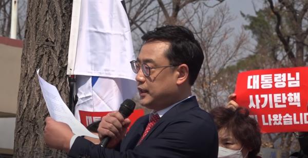 변희재 대표고문은 추미애 법무부 장관과 윤석열 검찰총장 사이의 권력 다툼 속에서 태블릿 진실이 드러나게 할 것이라고 밝혔다. 사진=유튜브 채널 '땅끄tv' 영상 캡처.