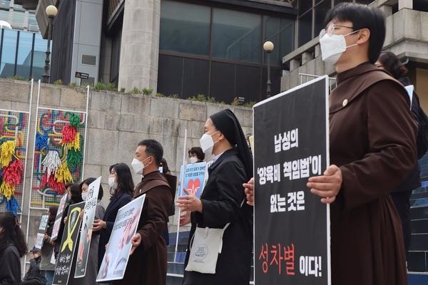 기자회견에 참석한 수도사, 신부의 모습