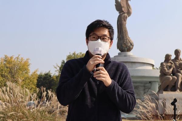 사진7 발언하는 김치와사비 유튜버