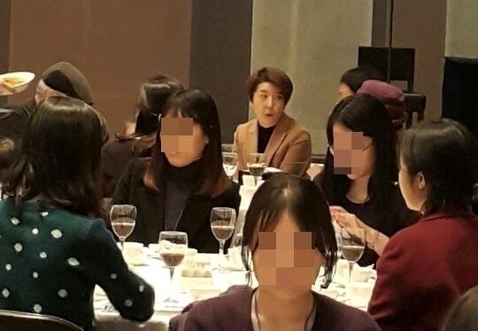 심수미 기자는 여기자협회 시상식에 가족과 함께 참석했다.