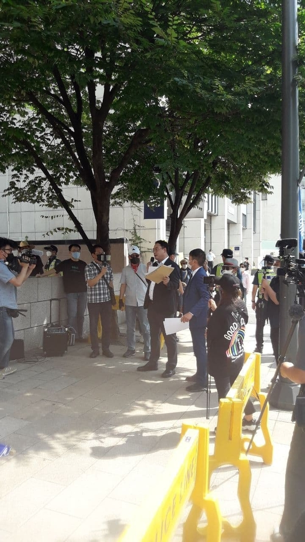 변 고문이 유튜버들의 취재에 응하는 모습.