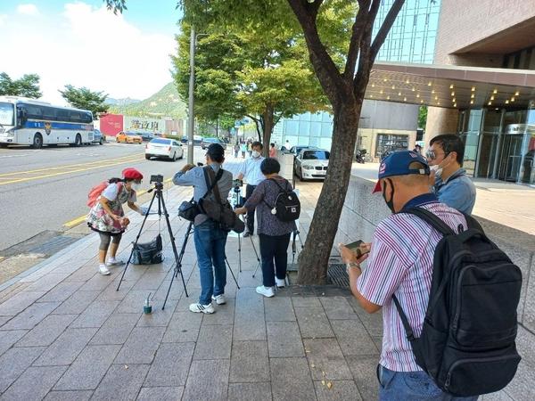 김병헌 대표의 1인 시위에 윤석열 캠프 근방의 기자들과 유튜버들이 관심을 갖고 취재활동을 이어갔다.